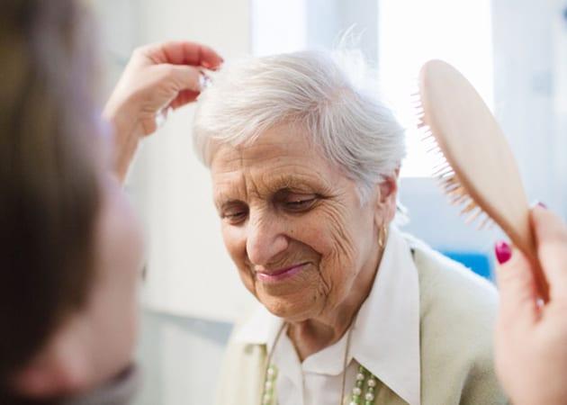 elderly woman volunteering at Hosparus